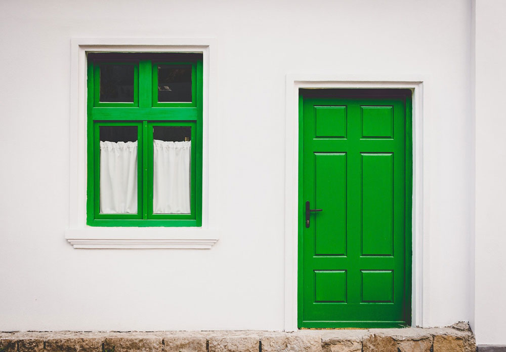 cum vopsesc usi si ferestre din lemn