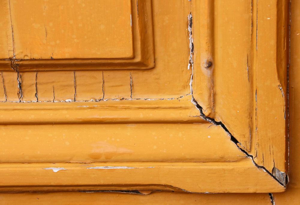 usa lemn veche crapata si cu vopsea crapata portocalie
